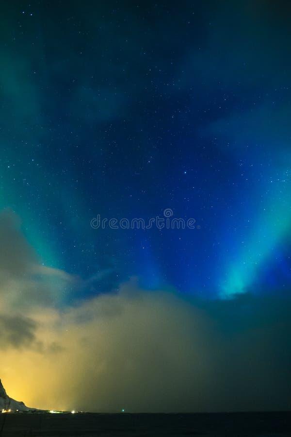 Download Erstaunliche Und Einzigartige Nordlichter Aurora Borealis Over Lofoten Islands Stockfoto - Bild von nord, fjord: 90232420