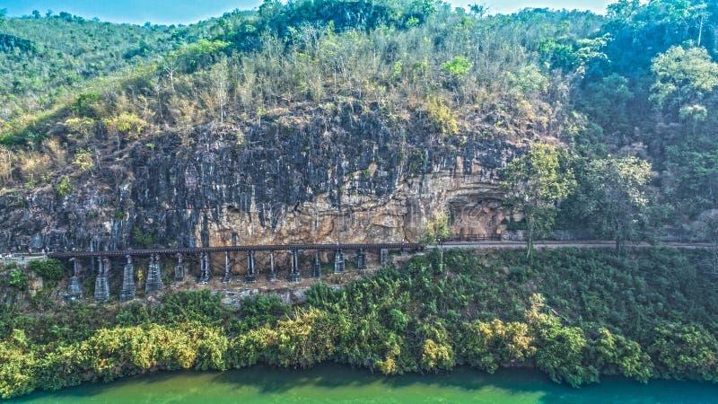 Erstaunlicher Bahndurchlauf Tham Krasae die Klippe und der Fluss lizenzfreie stockfotografie