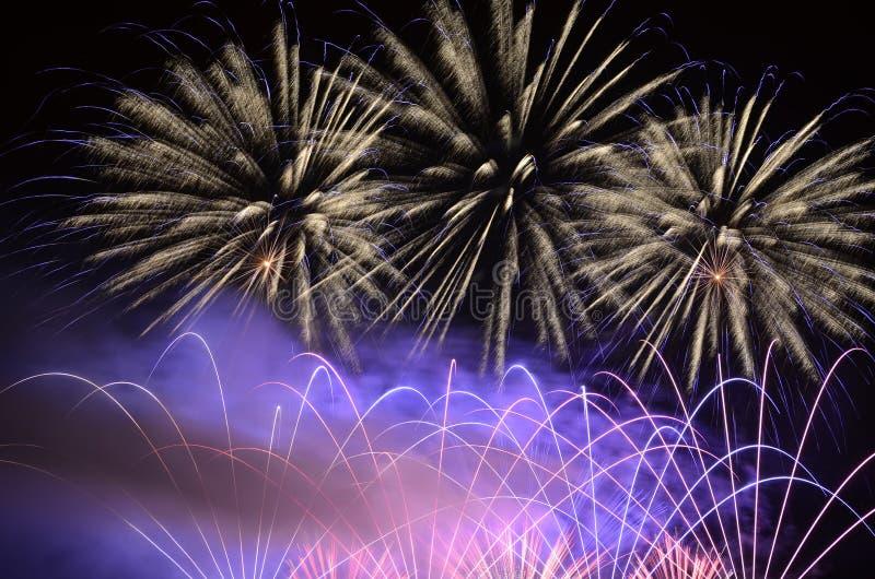 Erstaunlicher Blitz von Feuerwerken stockfoto