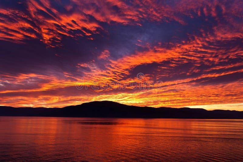 Erstaunlicher brennender brennender Abendhimmel stockbilder