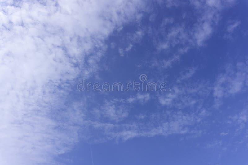 Erstaunlicher Dämmerungs-Himmel in der Abend-, drastischen und Wunder-Wolke auf Dämmerung, majestätischer dunkelblauer Himmel-Nat lizenzfreie stockfotografie