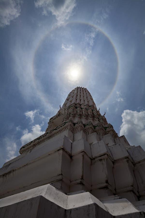 Erstaunlicher doppelter Sonnenhalo die thailändische Art im Tempel Erstaunlicher doppelter Sonnenhalo lizenzfreie stockbilder
