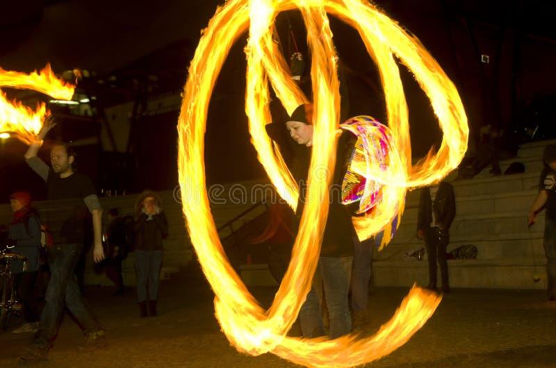 Erstaunlicher Feuershowtanz nachts, Leitartikel, 26/02/2016 Castlefield Manchester lizenzfreie stockfotos