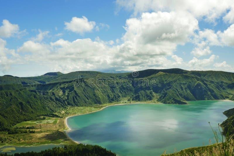 Erstaunlicher Landschaftsansichtkrater-Vulkansee in Sao-Miguel-Insel von Azoren in Portugal im Türkisfarbwasser stockbild