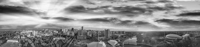 Erstaunlicher Luftpanoramablick von Adelaide-Skylinen bei Sonnenuntergang herein lizenzfreie stockfotos