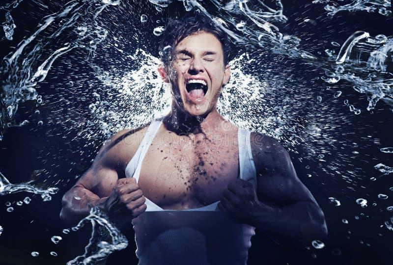 Erstaunlicher muskulöser Mann, der Dusche hat stockbild