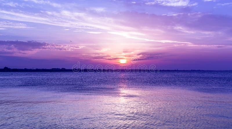 Erstaunlicher purpurroter Himmelsonnenuntergang über Meer Dämmerung auf adriatischem Meer stockfotografie