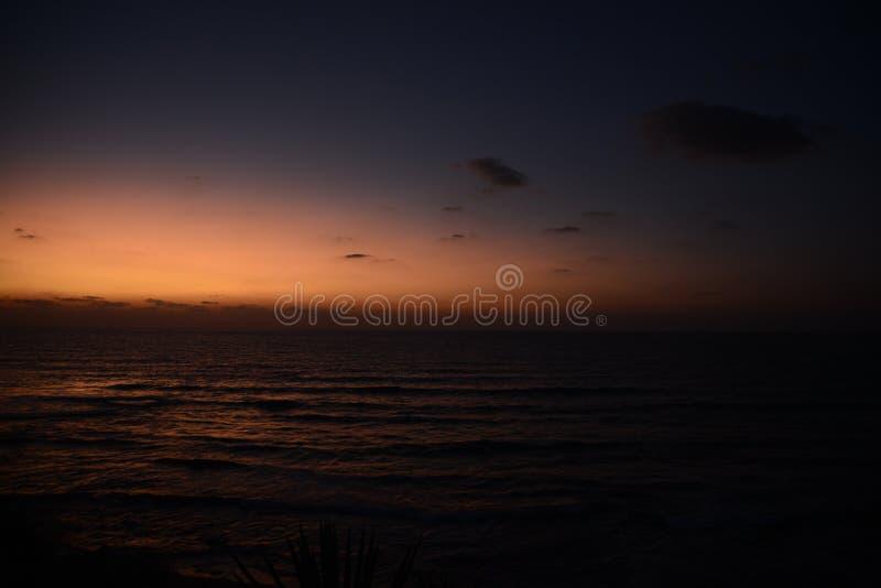 erstaunlicher roter Sonnenuntergang über dem Meer lizenzfreies stockfoto