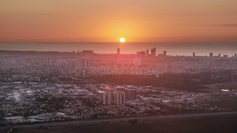 Erstaunlicher roter Sonnenuntergang über Tel Aviv Israel stockfoto