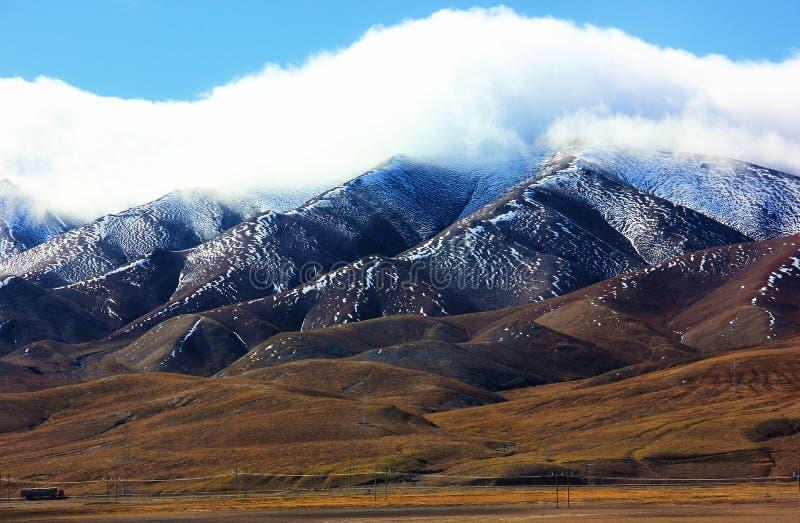 Erstaunlicher schöner Panoramablick von Schnee-mit einer Kappe bedeckten Gebirgszügen gestalten in Tibet, China landschaftlich lizenzfreie stockbilder