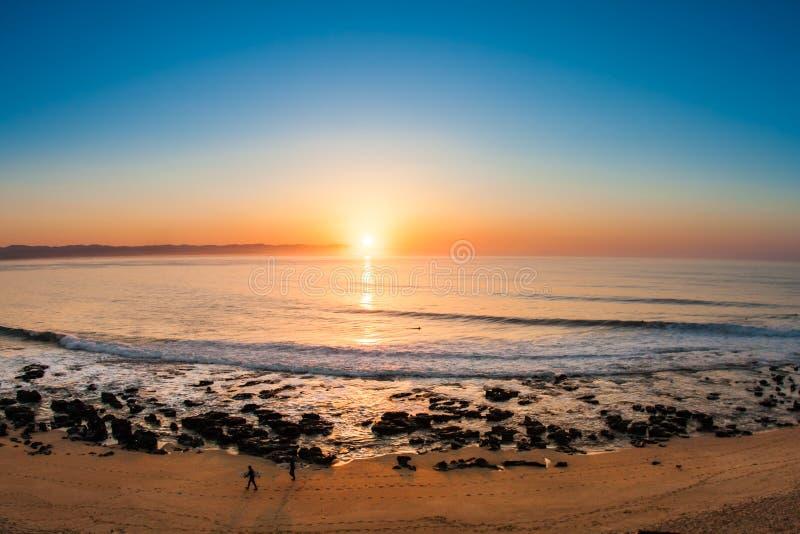 Erstaunlicher Sonnenaufgang auf dem Strand lizenzfreie stockbilder