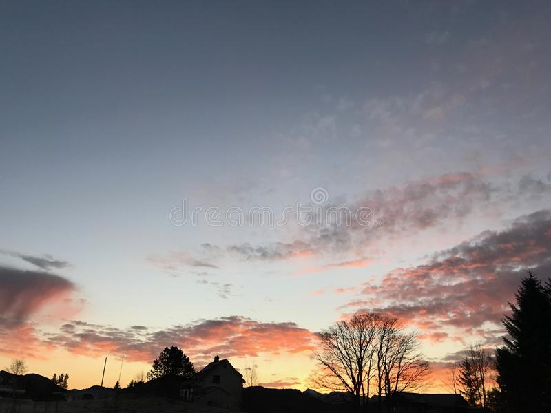 Erstaunlicher Sonnenaufgang mit Schattenbildern stockbilder