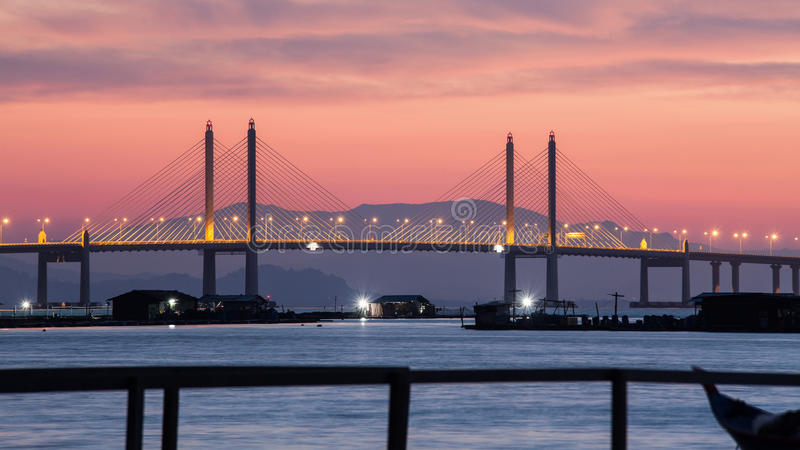 Erstaunlicher Sonnenaufgang und Sonnenuntergang in Penang-Brücke stockfotos