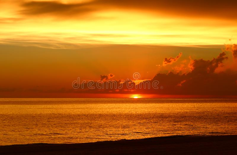 Erstaunlicher Sonnenuntergang über dem Golf von Mexiko lizenzfreie stockbilder