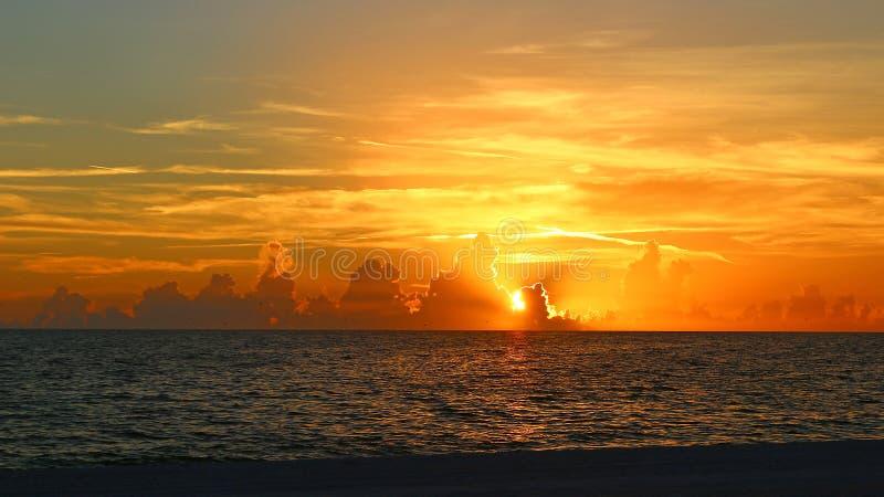 Erstaunlicher Sonnenuntergang über dem Golf von Mexiko lizenzfreies stockfoto