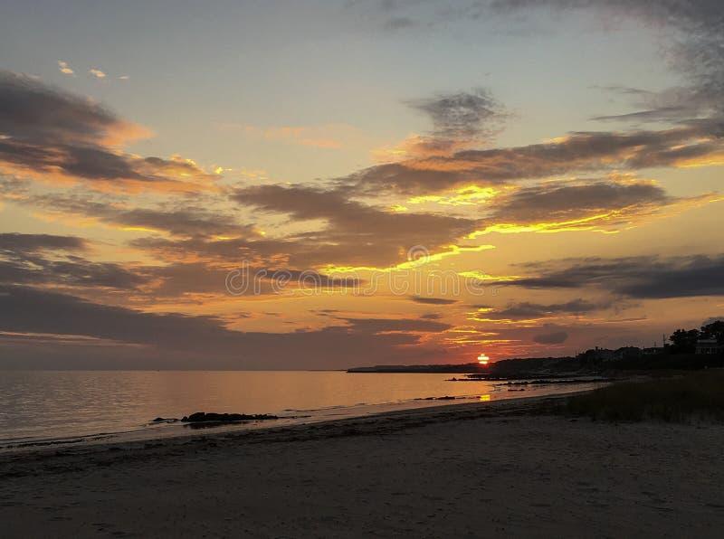 Erstaunlicher Sonnenuntergang des bunten Himmels und der Wolken als Sonne stellt bei Cape Cod, Massachusetts ein lizenzfreie stockbilder