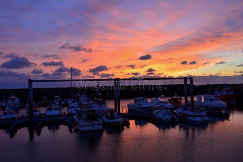 Erstaunlicher Sonnenuntergang mit den Schiffen lizenzfreie stockbilder