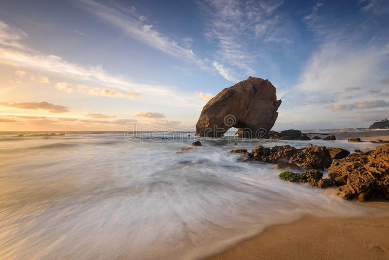 Erstaunlicher Sonnenuntergang-Strand auf der Küste von Portugal stockfotos