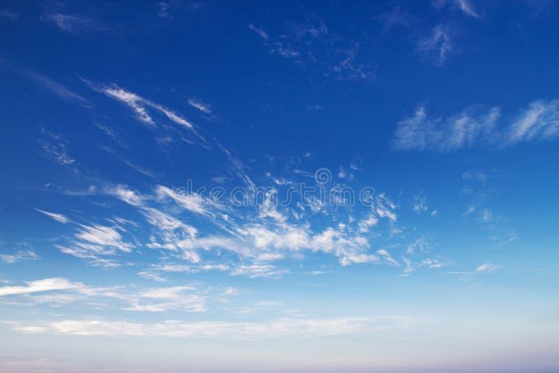 Erstaunlicher Sonnenuntergang Wolken auf blauem Himmel lizenzfreie stockfotos