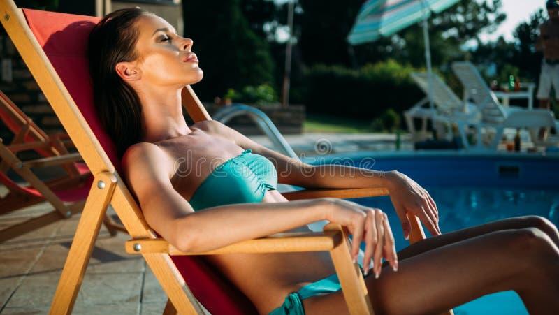 Erstaunlicher stillstehender und ein Sonnenbad nehmender Brunette lizenzfreies stockbild