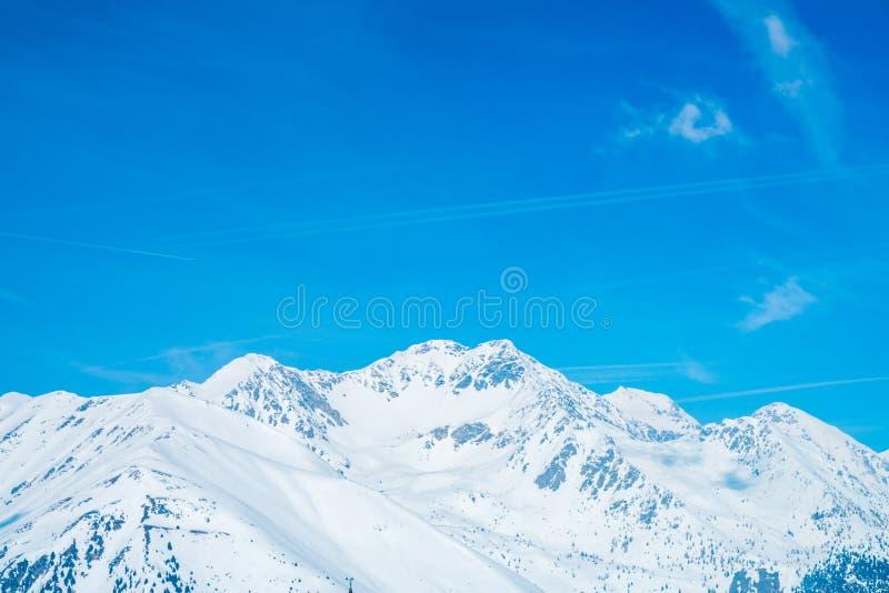 Erstaunlicher Winterskiortbergblick lizenzfreie stockfotografie