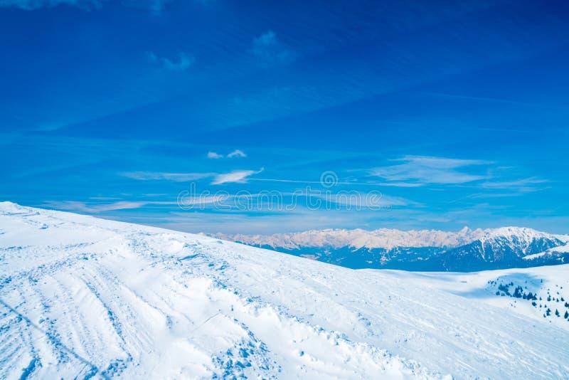 Erstaunlicher Winterskiortbergblick stockfotos