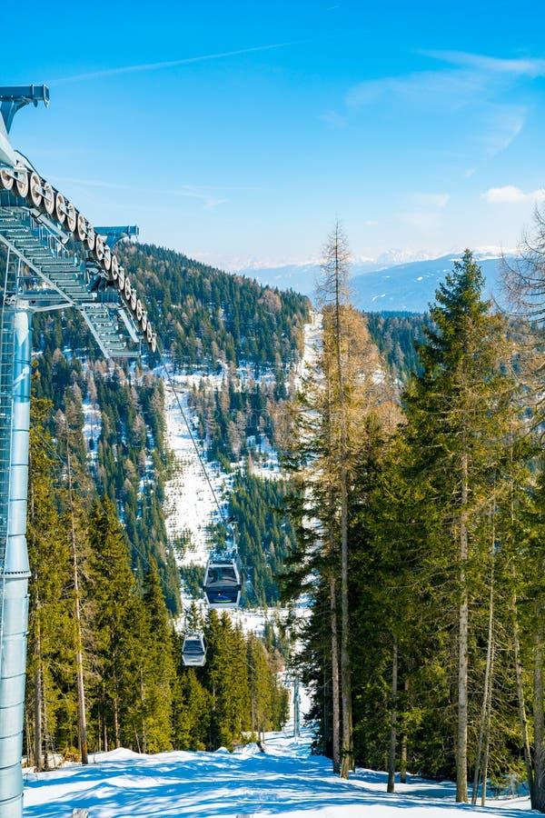 Erstaunlicher Winterskiortbergblick lizenzfreie stockfotos