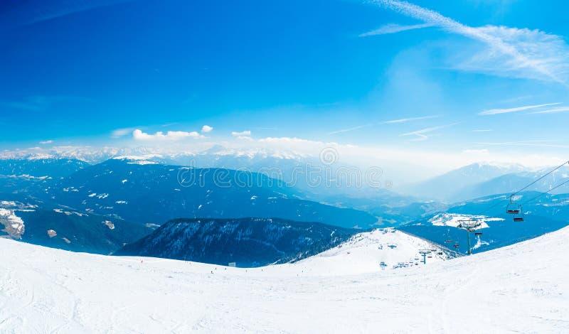 Erstaunlicher Winterskiortbergblick lizenzfreies stockfoto
