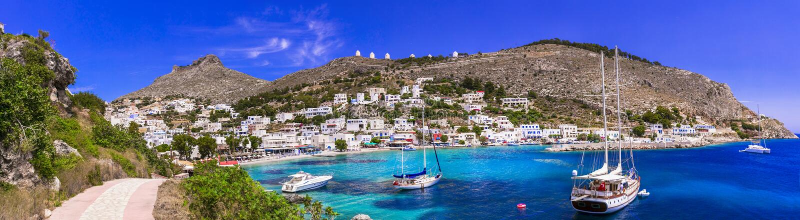 Erstaunliches authentisches Griechenland - Insel Leros, Dorf Panteli , Aussicht auf die schöne Bucht mit Segelbooten lizenzfreies stockbild