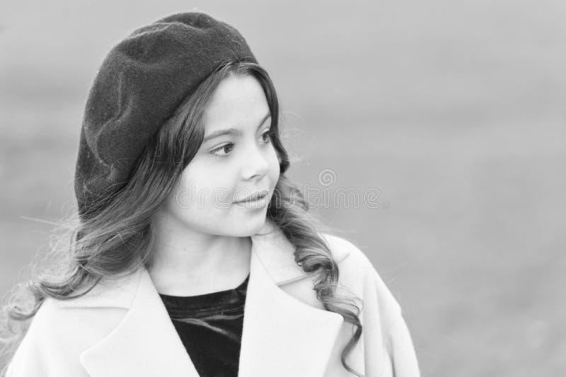 Erstaunliches Charisma Mädchenliebhaber Spaziergang ohne konzentrierten Hintergrund Kid heller Hut und warmer Mantel Schönes Gesi stockfoto