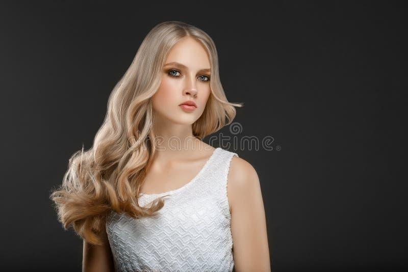 Erstaunliches Frauenporträt Schönes Mädchen mit dem langen wellenförmigen Haar Blon stockbild