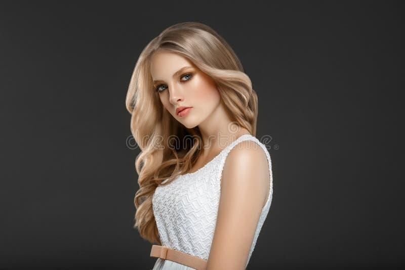 Erstaunliches Frauenporträt Schönes Mädchen mit dem langen wellenförmigen Haar Blon stockbilder