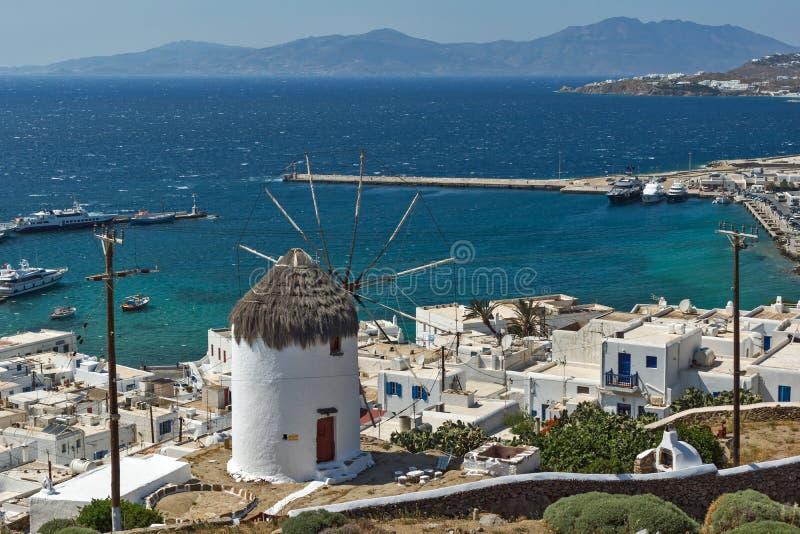 Erstaunliches Panorama der weißen Windmühle und der Insel von Mykonos, Griechenland stockfotos