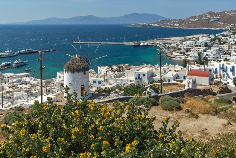 Erstaunliches Panorama der weißen Windmühle und der Insel von Mykonos, Griechenland stockfoto