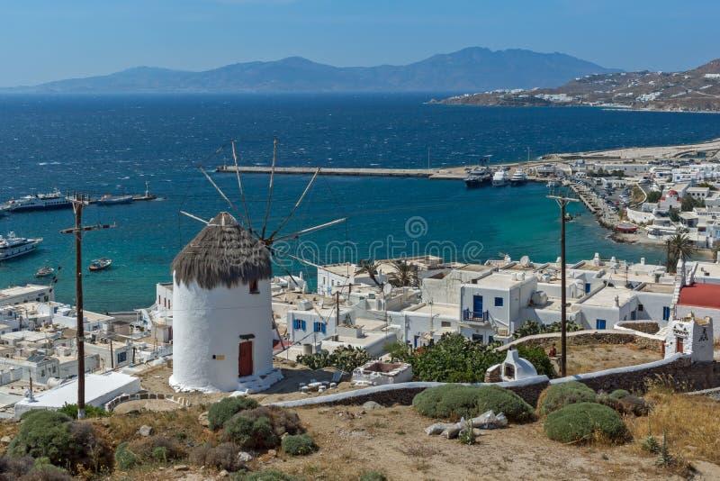 Erstaunliches Panorama der weißen Windmühle und der Insel von Mykonos, Griechenland stockfotografie