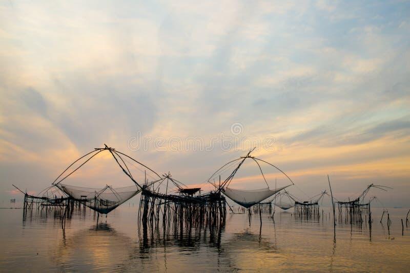 Erstaunliches riesiges Fischaufzugnetz mit Sonnenaufgang in Pakpra-Kanal, Phatthalung, Thailand lizenzfreie stockfotografie