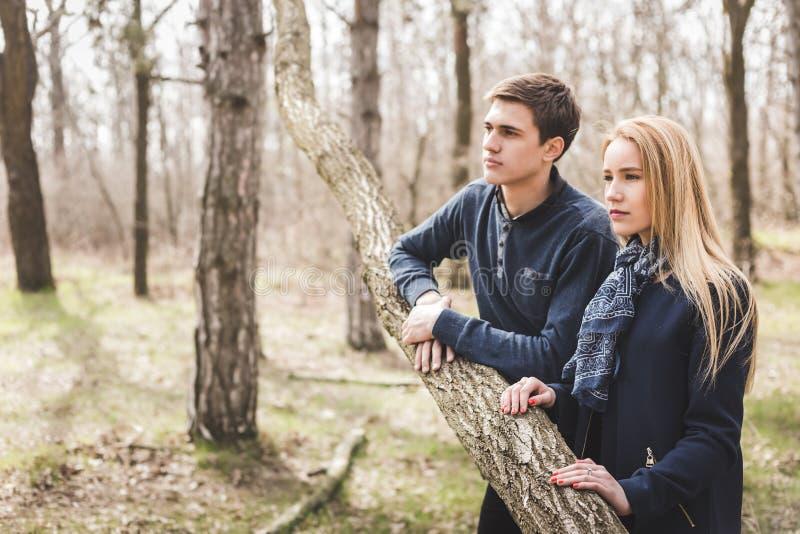 Erstaunliches sinnliches Porträt im Freien von jungen stilvollen Modepaaren lizenzfreies stockbild