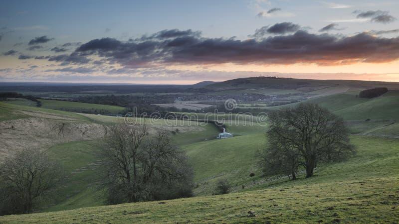 Erstaunliches vibrierendes Sonnenaufganglandschaftsbild über englischem countrysid stockfotos