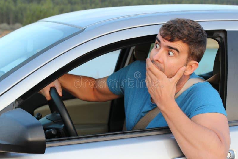 Erstaunter Autofahrer, der etwas Probleme hat stockfotos