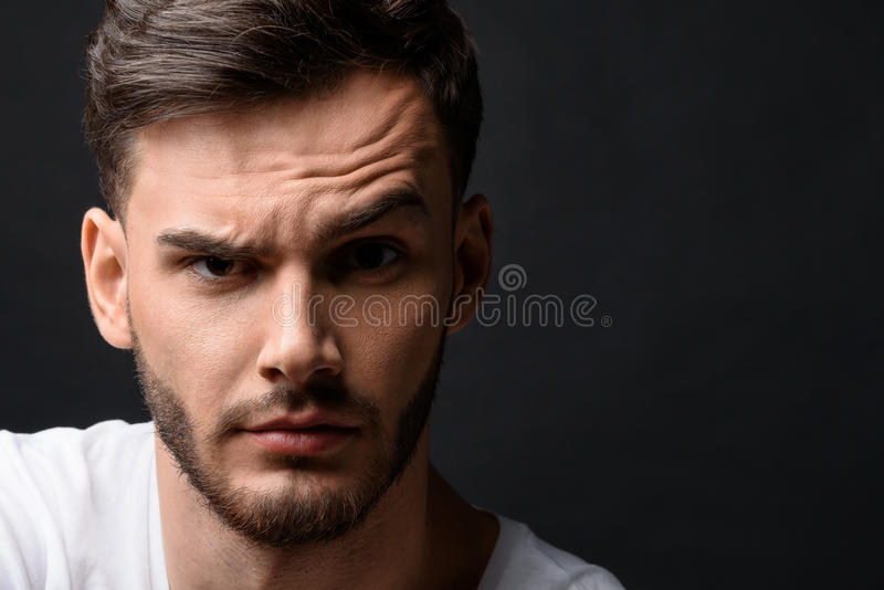 Erstaunter Kerl lokalisiert auf Schwarzem stockbild