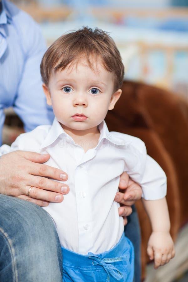 Erstaunter kleiner Junge stockfoto