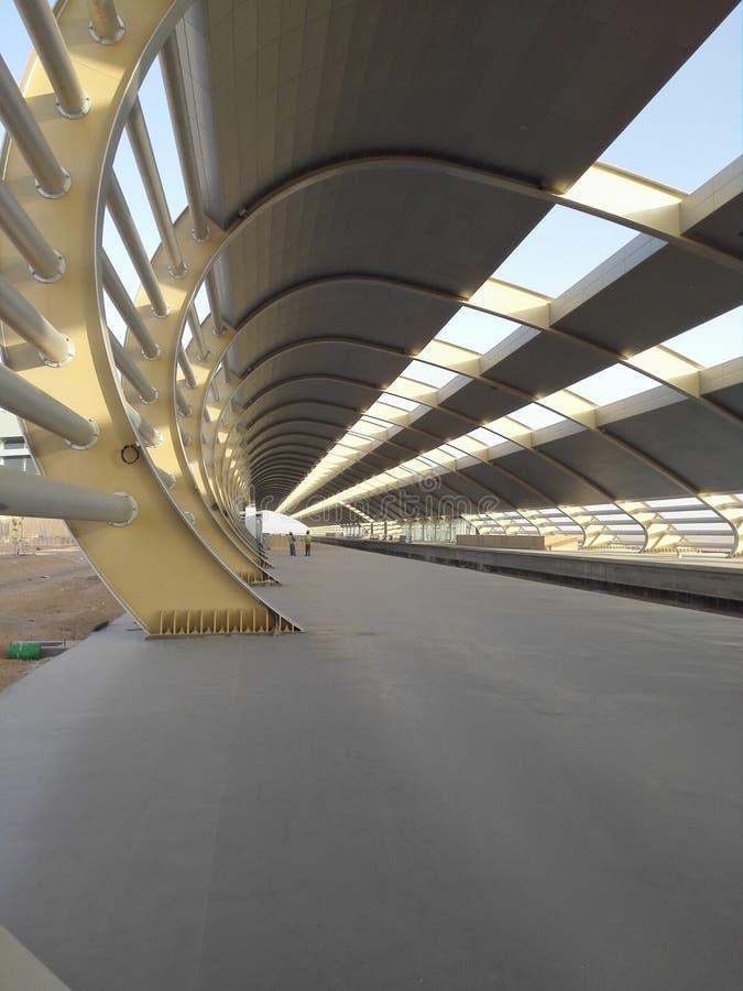 Erste Bahnstation mitten in Saudi-Arabien Wüste lizenzfreie stockfotos