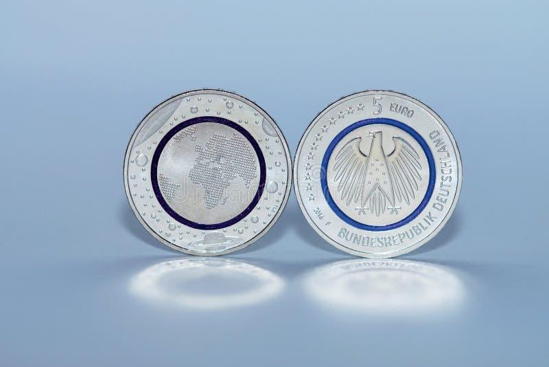Erste Euro-Münze des Deutsch-fünf stockfoto