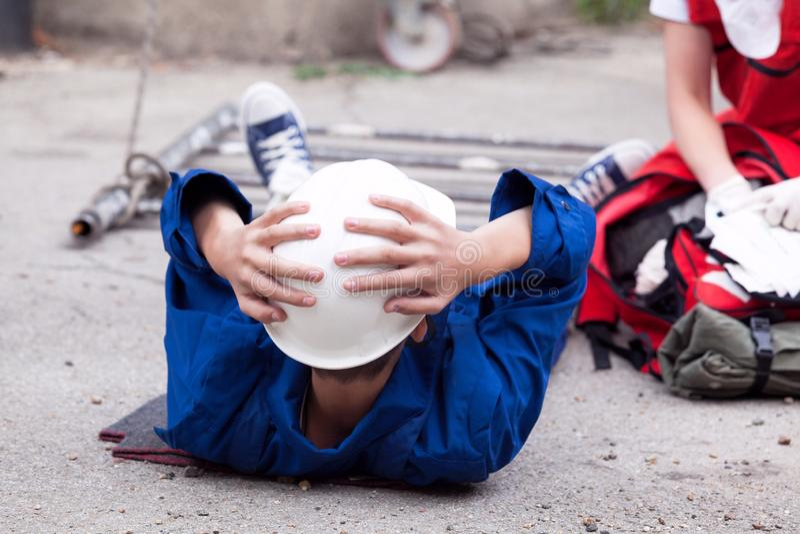 Erste Hilfe nach Arbeitsplatzunfall stockfotografie