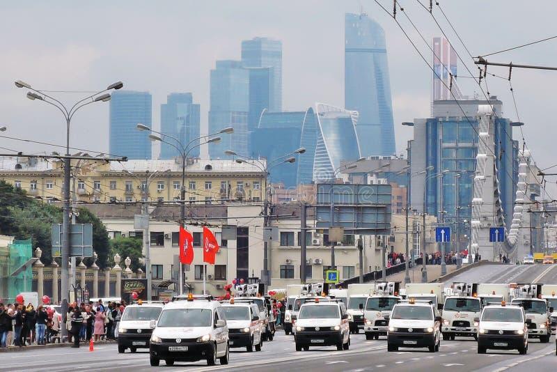Erste Moskau-Parade des Stadt-Transportes Moskva-StadtGeschäftszentrum lizenzfreie stockfotos