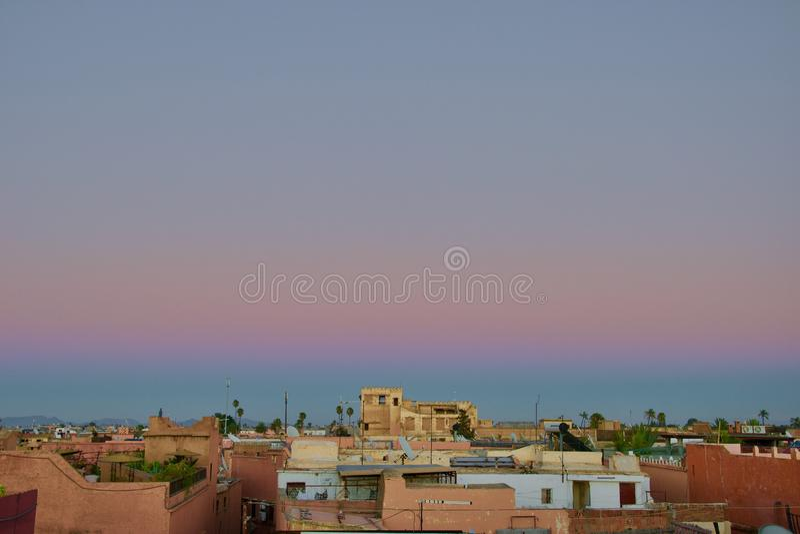 Erste Phasen des Sonnenuntergangs über Marrakesch stockbild