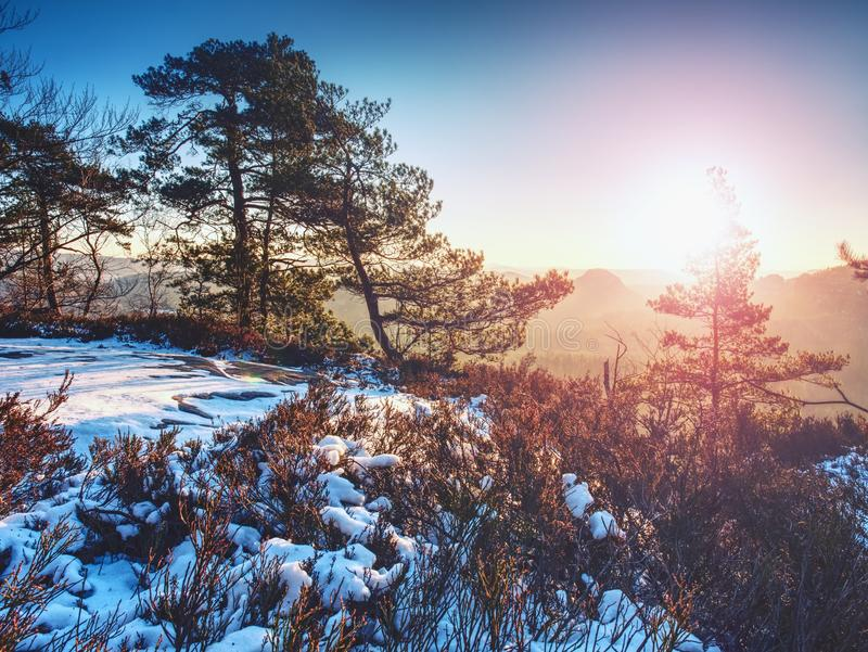 Erste Schneedeckefelsen über Talpark Schwerer Nebel im Tal stockbilder