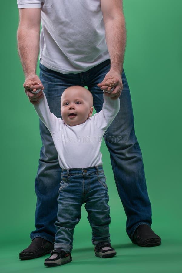 Erste Schritte des kleinen Babys stockbilder