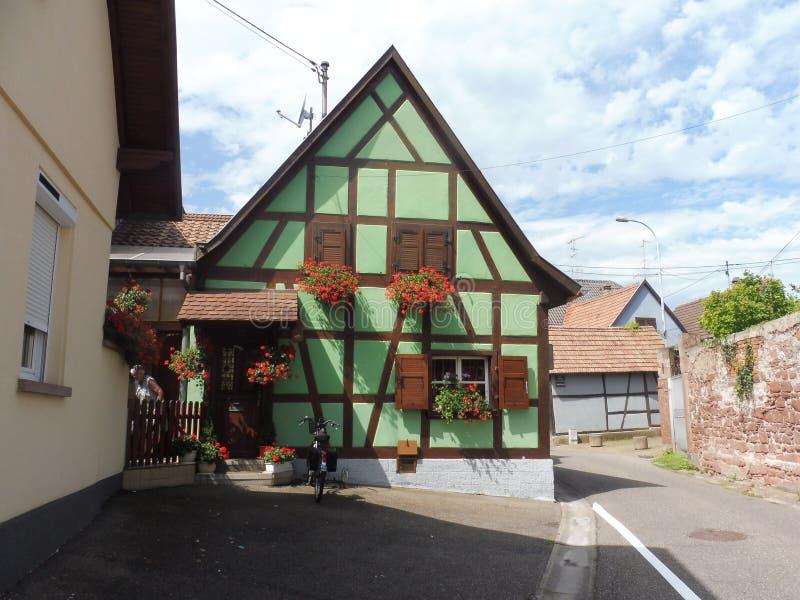 Erstein rue. Maison Fleurie Alsace Europe Historique promenade Route Ciel Vert Géranium Vivace royalty free stock photo