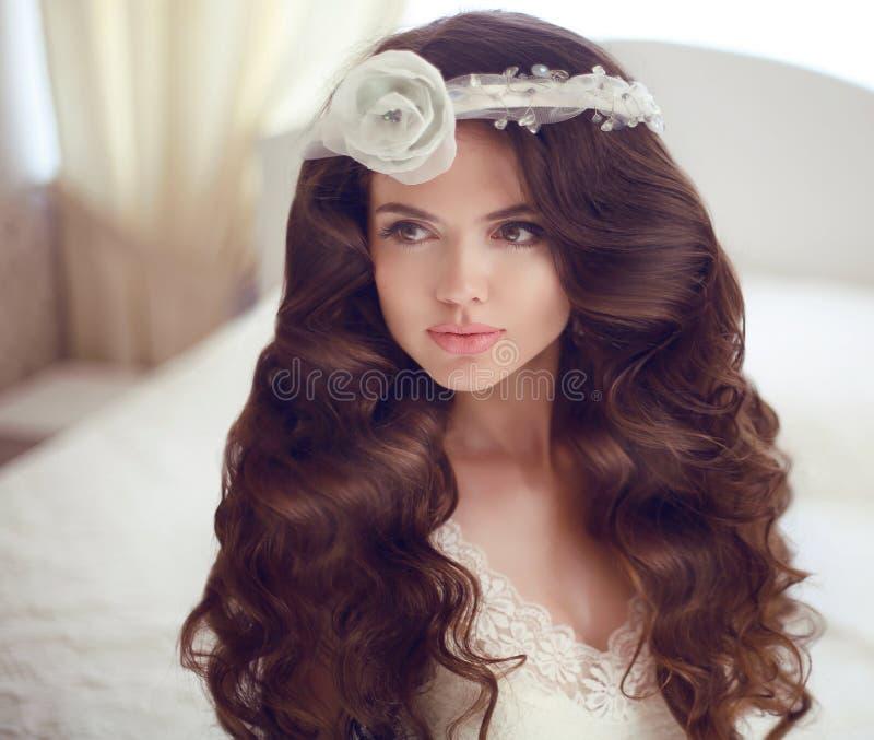Erstellen Sie Portrait eines netten Baumusters mit schönen Verriegelungen ein Profil Schönes Brunettebraut-Mädchenmodell mit lang lizenzfreies stockbild